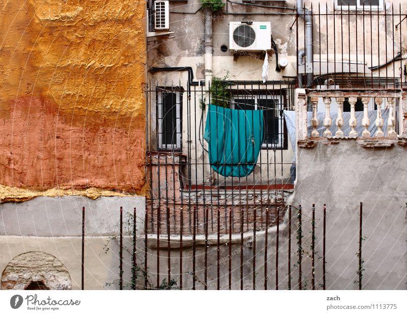 Eigentumswohnung Stadt alt Haus Fenster Wand Gebäude Mauer grau Fassade Wohnung orange Häusliches Leben Vergänglichkeit kaputt Spanien Balkon