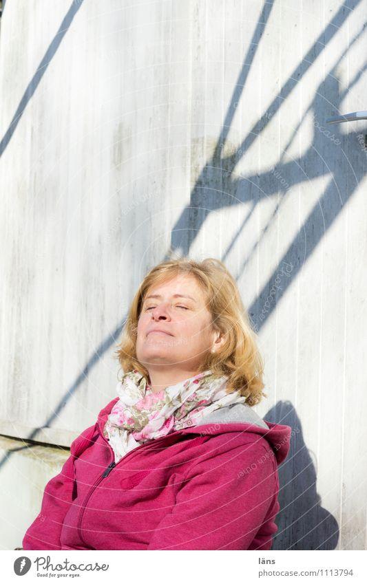 Entspannung Erholung ruhig Sonne Frau Erwachsene Leben 1 Mensch genießen Gelassenheit stagnierend feminin Zufriedenheit Licht Schatten Sonnenstrahlen Porträt