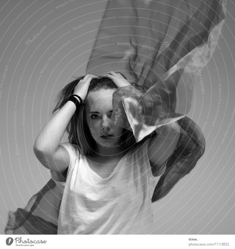 Nelly Mensch Jugendliche schön Junge Frau Leben feminin Denken stehen Tanzen warten beobachten Schutz Neugier Sicherheit T-Shirt Stoff