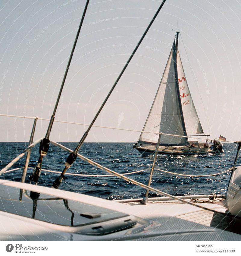 gekreuzt Wasserfahrzeug Sportboot Segelboot fahren Wellengang Meer Seil Luke Reling weiß blau Regatta Seemann Kapitän Erfolg Sommer Ferien & Urlaub & Reisen