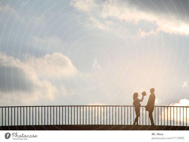 lovestory 4 Lifestyle Freizeit & Hobby Ausflug maskulin feminin Paar Partner 2 Mensch Umwelt Himmel Wolken Klima Schönes Wetter Stadt Brücke Fußgänger Straße