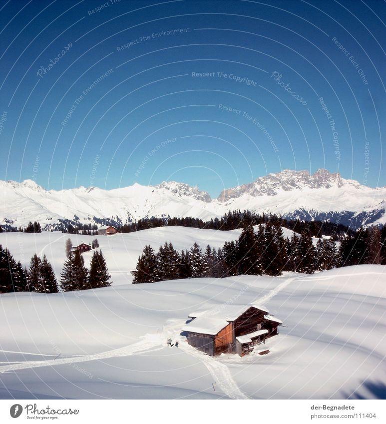 Bergidylle IV Winter Februar kalt Neuschnee Winterurlaub Schneewandern Kanton Graubünden Schweiz weiß Schneewehe Holzhütte Berghütte Dach braun Schönes Wetter