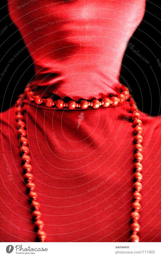 lady in red dress Frau rot schwarz Mund Bekleidung Ohr Lippen geheimnisvoll Reichtum Schmuck Falte verstecken Pullover Kette Hals Kinn