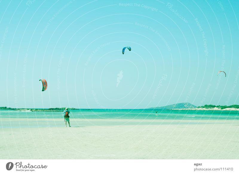 Kitesurfing 2 Mensch Mann Ferien & Urlaub & Reisen Sommer Meer Freude Strand Sport Spielen Freizeit & Hobby fliegen stehen festhalten heiß Surfen Wassersport