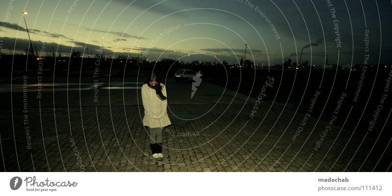 INSIDE Frau feminin Mensch Medienrummel Schal Winter Himmel Nacht Abend dunkel Stadt Einsamkeit Sonnenuntergang schön Bremen Sonnenbrille rosa magenta Jacke