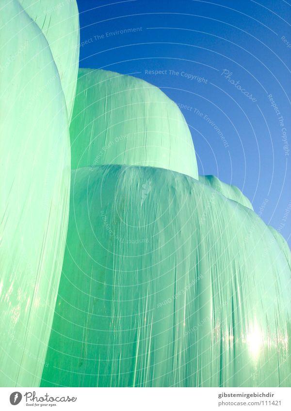 Heuberg Herbst abstrakt grün Ernte Strohballen Statue Kunststoff Hülle Stapel blau