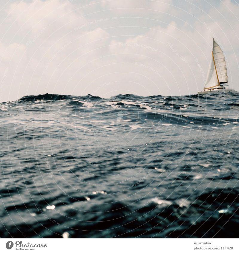 Wellental II Wassermassen Wasserfahrzeug See Wellengang Brandung Gischt Meerwasser Luft Sauberkeit Segelboot Sportboot tief Horizont Wolken Sturm Seil Rettung