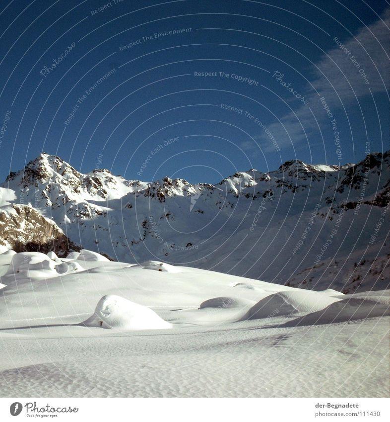 Schneebuckel Winter Februar kalt Neuschnee Winterurlaub Schneewandern Kanton Graubünden Schweiz weiß Schneewehe braun Schönes Wetter Tiefschnee Wolken Alm