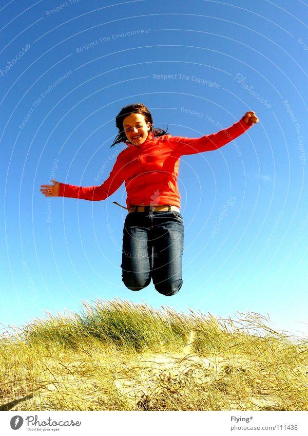 beine weg springen luftig Luft Gras Dünengras Ferien & Urlaub & Reisen Meer Strand fliegend Freude Sommer Erde Sand Himmel fallen Luftverkehr rote jacke