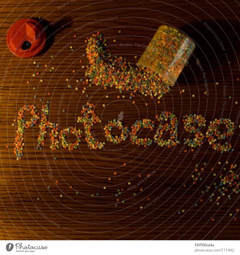 Photocase zum anbeißen Streusel Krümel Konfetti verschönern Bäckerei Zucker Mehl Tisch Holz Holzstruktur mehrfarbig Punkt Spender Dose lecker Küche Buchstaben