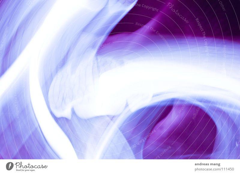abstrakte kunst in lila violett Streifen Lampe weiß unklar Unschärfe Langzeitbelichtung grell dunkel Kunst Design Kunstwerk purple lamp Linie lines white