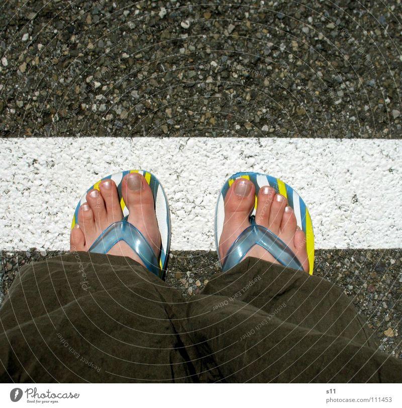 Grenze Überschreiten Straße Fuß Linie gefährlich Bodenbelag Grenze Verkehrswege Zehen Barfuß Flipflops Überschreitung