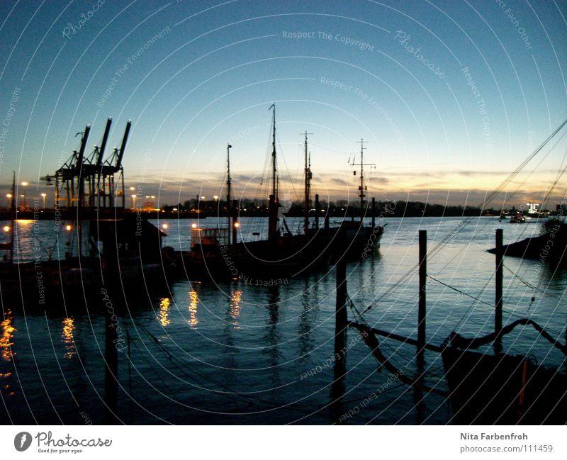 Hafenmärchen Wasserfahrzeug schwarz Strand Winter Abend Blauer Himmel Hamburg blau Container Segel Strommast Licht