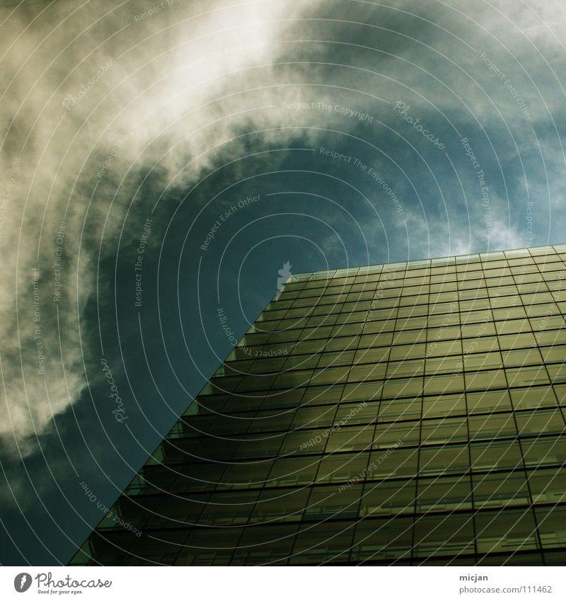 Silence Haus Hochhaus Fenster Wolken Fassade grün Cirrus Mauer Blick Barriere Halt stoppen stagnierend Strukturen & Formen erobern Bürogebäude Rechteck