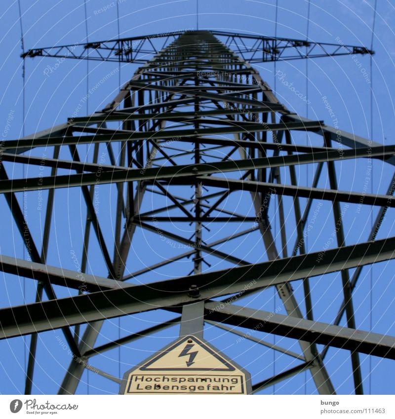 Hochspannung Lebensgefahr Strommast Elektrizität Kabel Gitter Eisen Elektrisches Gerät elektrisch Froschperspektive Warnschild Blitze Warnhinweis Industrie