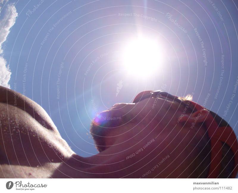 Fernweh Mensch Mann Himmel Sonne blau Wolken nackt Brille Mütze