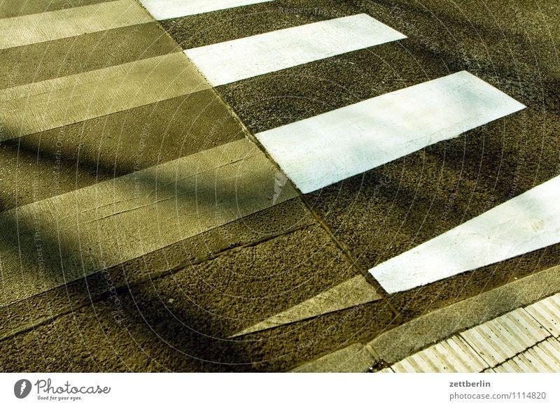 Zebrastreifen (teilsaniert) Straße Straßenverkehr Schilder & Markierungen Fußgänger Verkehrszeichen Streifen Balken hell dunkel weiß Asphalt Fußgängerübergang