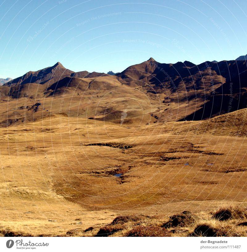 Mattis IV Himmel blau Ferien & Urlaub & Reisen Ferne Berge u. Gebirge Herbst Gras Wege & Pfade Horizont braun Felsen gold Freizeit & Hobby wandern