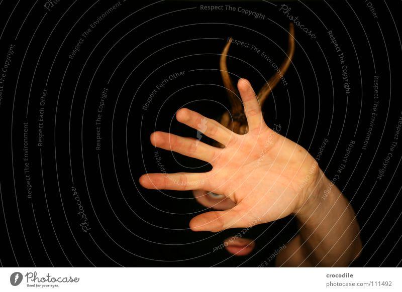 wolpertinger Hand dunkel Mund Angst Arme Finger gefährlich bedrohlich Schutz Jagd Horn Hirsche Panik grell frontal Tarnung