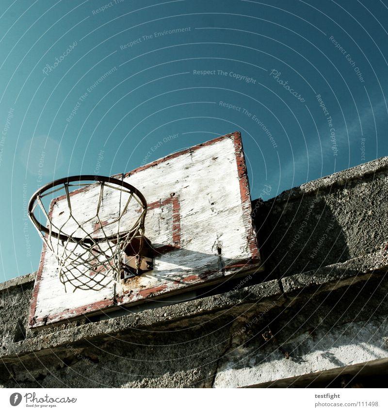 basketball Himmel alt blau grün Ferne Sport Spielen Freiheit Holz Bewegung Stein Mauer Freizeit & Hobby dreckig hoch außergewöhnlich