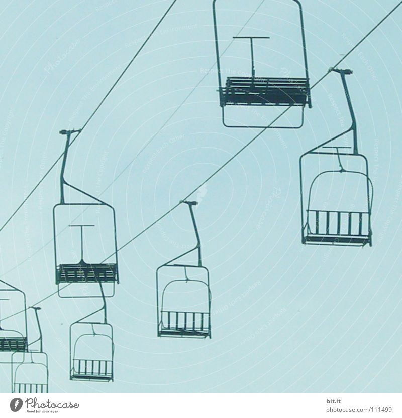 LIFTEN II Himmel blau leer Richtung Blauer Himmel horizontal Sesselbahn Wolkenloser Himmel Seilbahn Klarer Himmel Vor hellem Hintergrund Skilift-Sitz