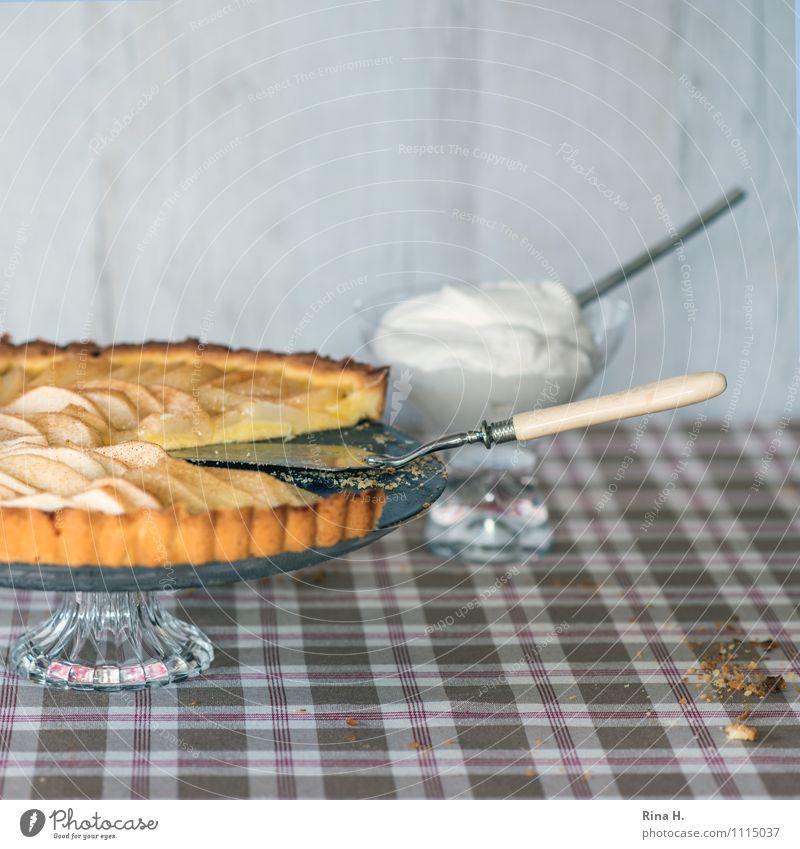 aber bitte mit Sahne authentisch Ernährung süß lecker Geschirr Kuchen Backwaren kariert Teigwaren Tischwäsche Torte Birne Krümel Apfelkuchen Tortenplatte