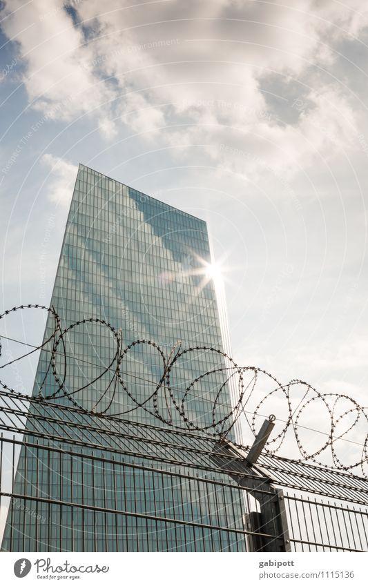 Die Kehrseite der Macht blau Haus Architektur grau Fassade Kraft Hochhaus bedrohlich Sicherheit Geld Bankgebäude Wahrzeichen Reichtum Frankfurt am Main