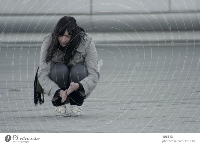LONELY Frau hocken verträumt Einsamkeit Hand Suche Beton Schweben Schwerelosigkeit Denken Gedanke Winter kalt beobachten Erholung Pause Langeweile schön lonely