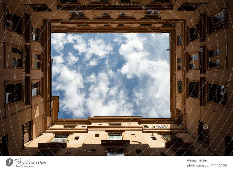 Himmelwärts Wolken Klima Wetter Schönes Wetter Rom Italien Stadt Hauptstadt Haus Gebäude Mauer Wand Fenster Hof Hinterhof eckig oben demütig Fernweh Platzangst