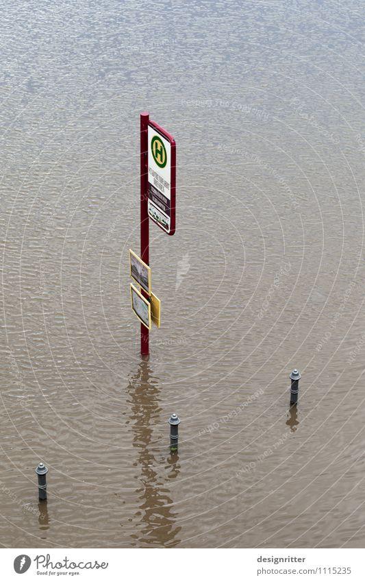Heute kein Busverkehr Wasser Klima Klimawandel Wetter schlechtes Wetter Unwetter Regen Wellen Fluss Hochwasser Überschwemmung Sintflut Bahnhof Bushaltestelle