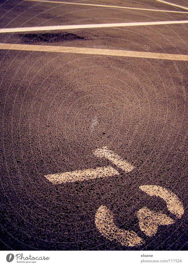 ::73:: Ziffern & Zahlen weiß Beschriftung Zickzack Typographie Parkplatz Beton grau schwarz Verkehrswege Schriftzeichen Linie Perspektive Zeichen semiotik zik