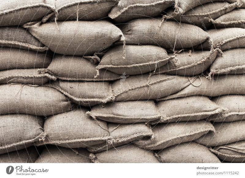 Drinnen oder draußen? Wasser Wand Mauer Sand Regen Klima bedrohlich Schutz Todesangst Risiko Unwetter Reichtum Dresden Erwartung Desaster Politik & Staat