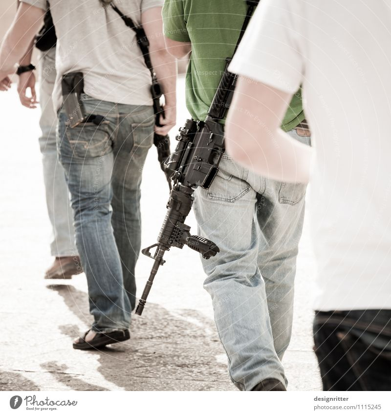 Der alltägliche Wahnsinn Jugendliche Junger Mann 18-30 Jahre Erwachsene Religion & Glaube Menschengruppe gehen Angst Kraft gefährlich beobachten bedrohlich