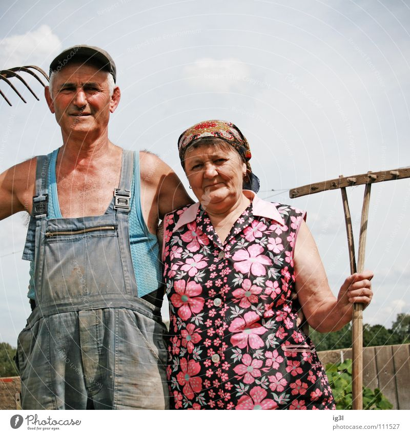 verBUNDen Frau Großmutter alt Wachstum Großvater Mann maskulin Mütze Baseballmütze Hosenträger Arbeitsbekleidung Ruhestand Landwirt Bauernhof Tier