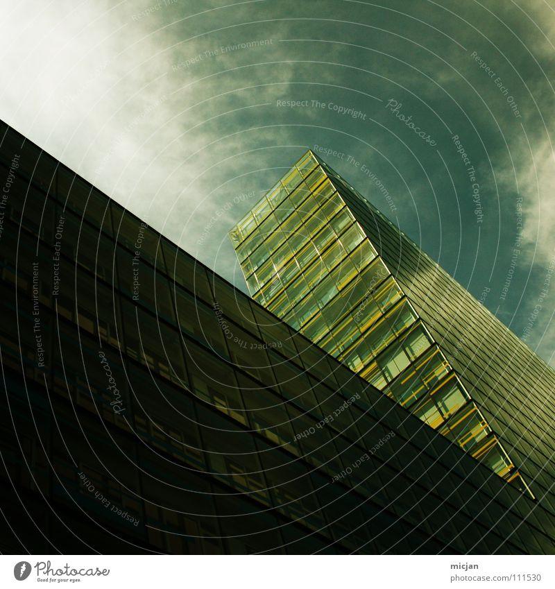 Force Haus Hochhaus Fenster Wolken Fassade grün Cirrus Mauer Blick Barriere Halt stoppen stagnierend Strukturen & Formen erobern Bürogebäude Rechteck graphisch