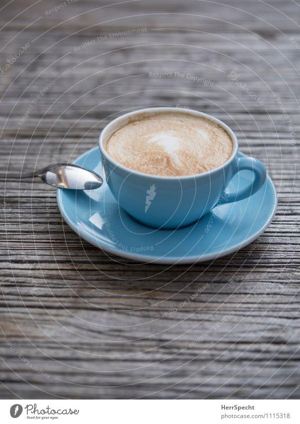 Café Bleu Getränk Heißgetränk Kaffee Geschirr Tasse Löffel Restaurant trinken blau Straßencafé Cappuccino Milchschaum Tischplatte Holztisch hell-blau Untertasse