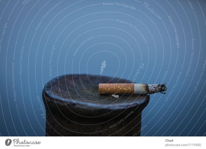 Zigaretten Pause blau weiß Gesundheit braun Metall Zufriedenheit genießen lecker Rauchen Krankheit Ende Stress Rauschmittel