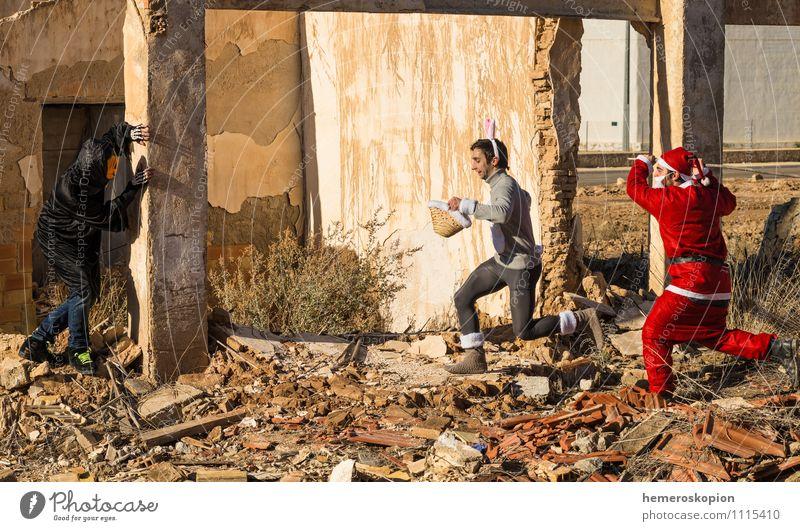 Den Osterhasen jagen Freude Ostern Halloween Weihnachten & Advent Junger Mann Jugendliche Erwachsene 3 Mensch Ruine Gebäude rennen Spielen bedrohlich lustig