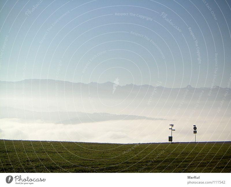 Hochebene mit Blick in die Berge Ferne Herbst Berge u. Gebirge Horizont Unendlichkeit Wegweiser Bergkette Straßennamenschild über den Wolken