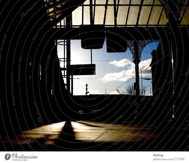 Train spotting Eisenbahn Abenddämmerung Wolken Fernweh Ankunft Station Öffentlicher Dienst Verkehr Bahnhof Dämmerung Schatten Himmel Ferien & Urlaub & Reisen