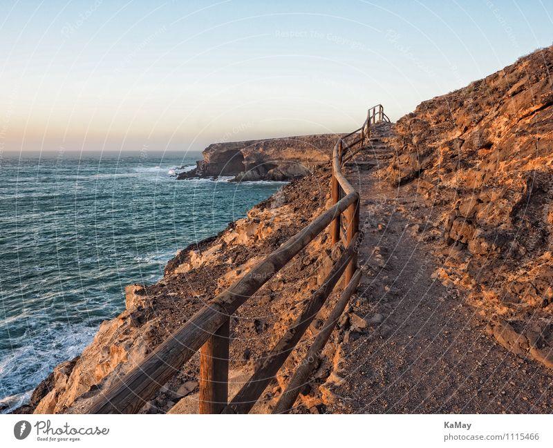 Ein langer Weg ins Nirgendwo Ferien & Urlaub & Reisen Tourismus Ausflug Ferne Freiheit Meer wandern Natur Landschaft Wasser Wolkenloser Himmel Felsen Küste