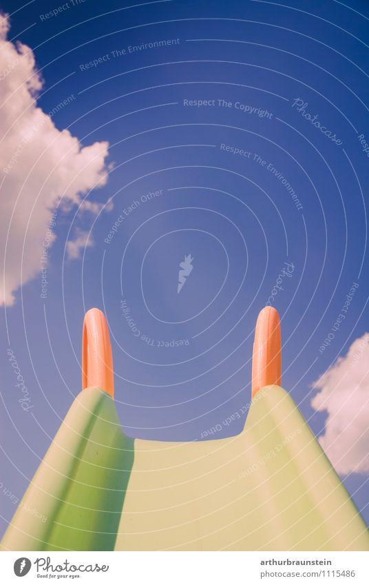 Kinderrutsche vor Himmel blau grün Sommer Sonne Wolken Freude Frühling Spielen Garten orange Kindheit Verzweiflung Kindergarten Spielplatz Kinderspiel