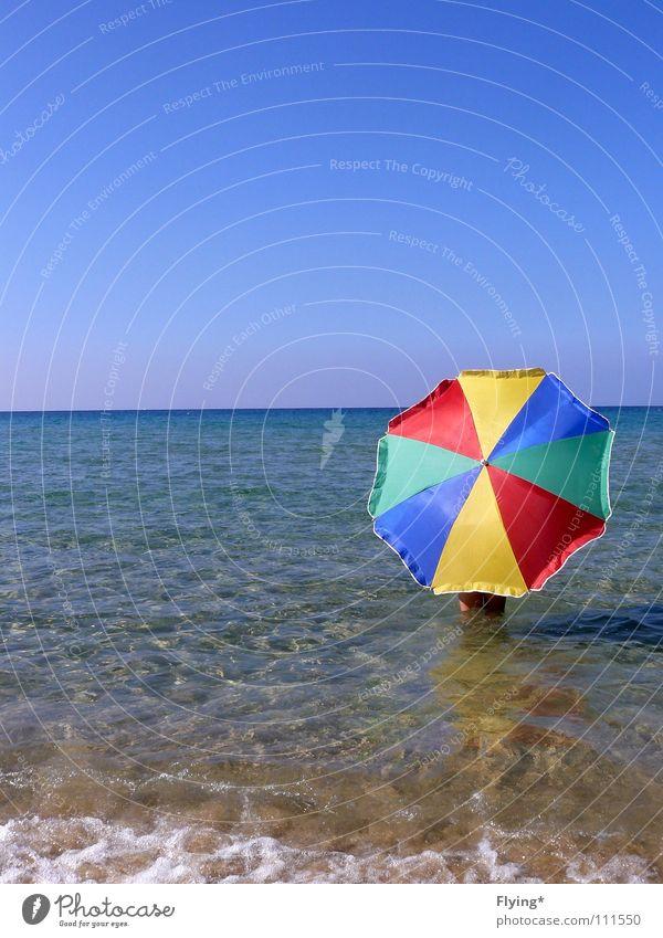 Blau&Bunt Wasser Himmel Meer blau Sommer Strand Ferne Luft Küste frei Horizont leer Sicherheit Schutz Regenschirm gestreift