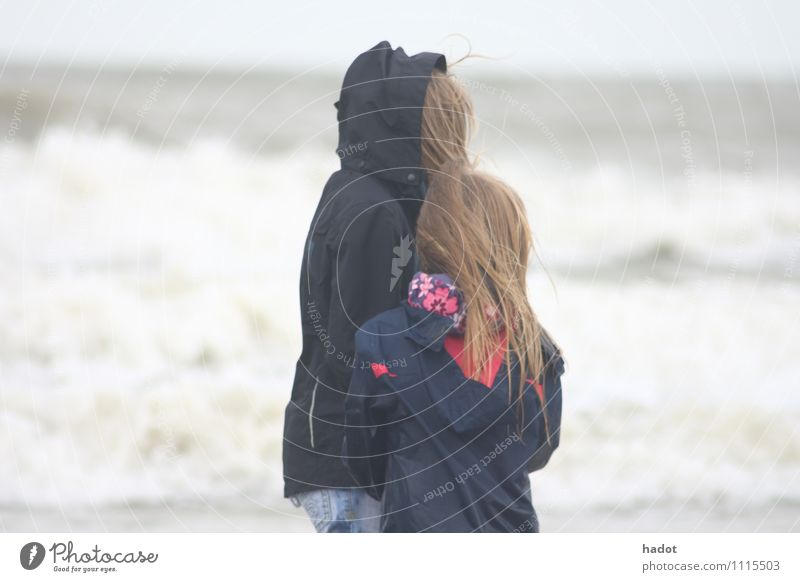 two blonde sisters Mensch Kind Natur Wasser Meer Mädchen Strand feminin klein Sand Kindheit groß 8-13 Jahre Schwester