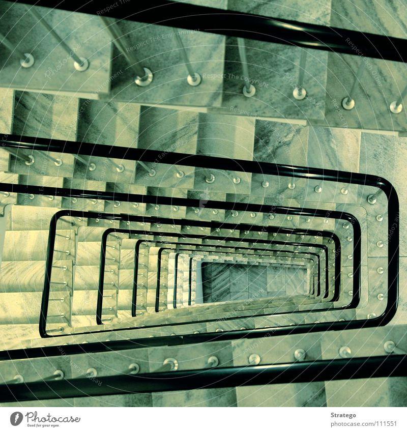 Auf und Ab oben gehen laufen hoch Treppe Hochhaus Spaziergang Klettern Geländer unten Konzentration aufwärts anstrengen aufsteigen abwärts schreiten
