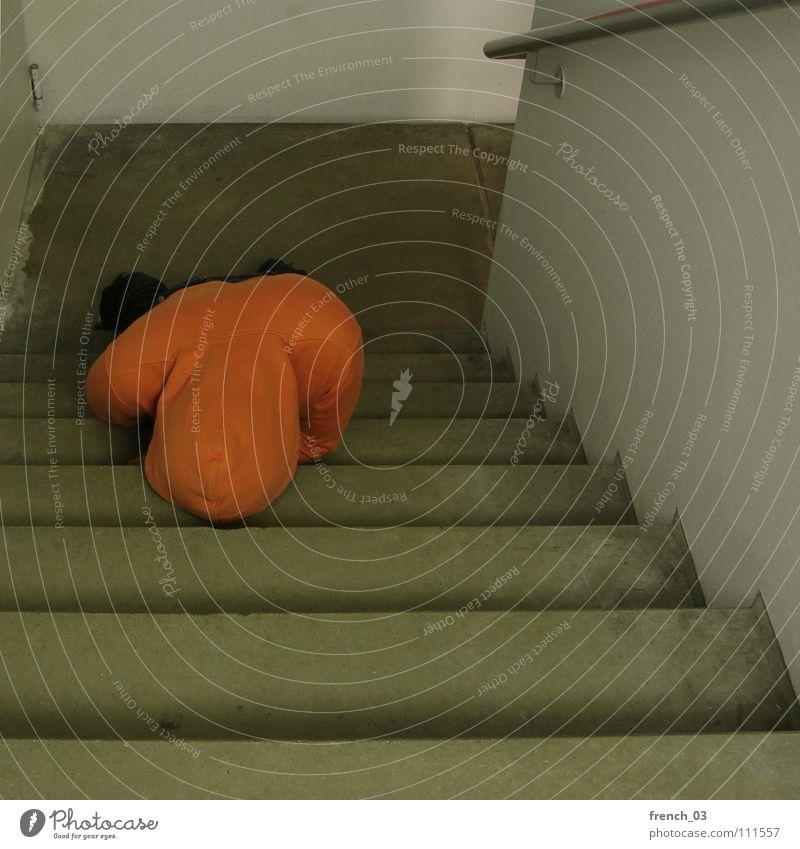 Treppe vorm Kopf Mensch Mann weiß Farbe Wand Mauer See Denken Linie orange Treppe liegen maskulin frei Perspektive kaputt