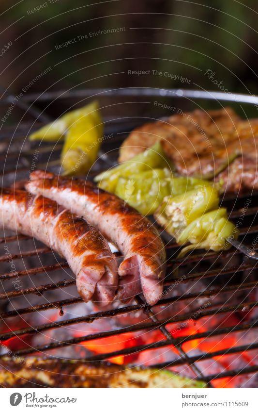 Bratwurst Foodfotografie Lebensmittel paarweise Feuer Gemüse lecker gut Grillen Fleisch Abendessen Flamme Wurstwaren rustikal Billig Glut