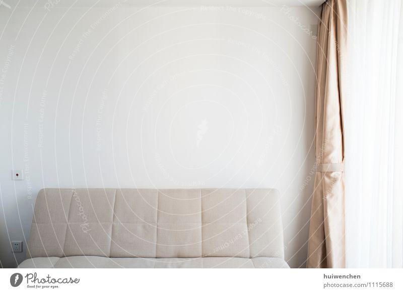 das einfache Zimmer mit Sofa und weißer Wand Innenarchitektur Mauer Lifestyle Raum Dekoration & Verzierung elegant Sauberkeit Möbel Wohnzimmer beige Seide