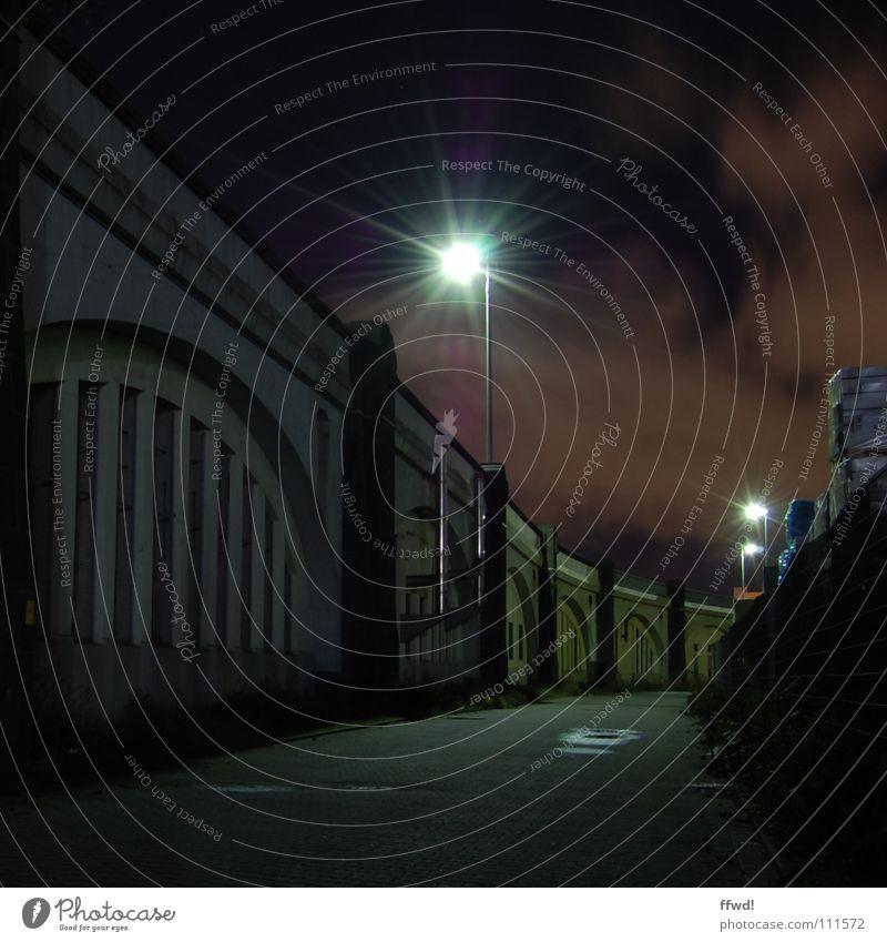 Zwielicht Nacht dunkel Licht Lampe Laterne Beleuchtung Wege & Pfade Industriefotografie Stimmung falsch bedrohlich unheimlich Einsamkeit Tod beklemmend