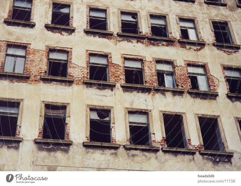 Ex DDR Haus kaputt Gebäude Fenster Mauer historisch verfallen Schaden kaputtes glas